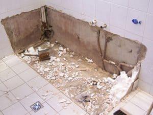 Демонтаж старой сантехники в ванной комнате