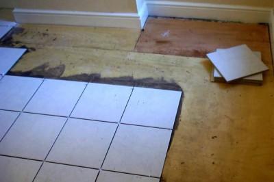 укладка плитки на полу в санузле