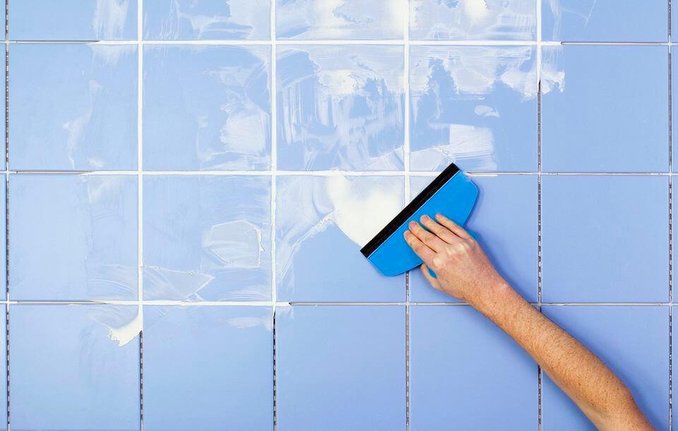 Обработка межплиточных швов в ванной после затирки
