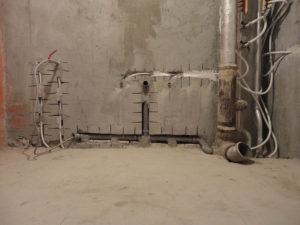 монтаж труб в стену