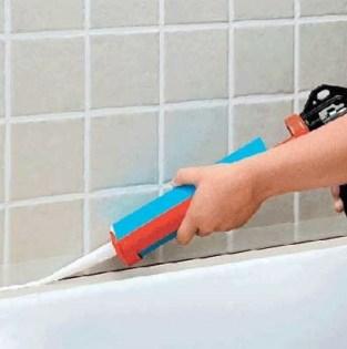 Как заделать щель между ванной и плиткой