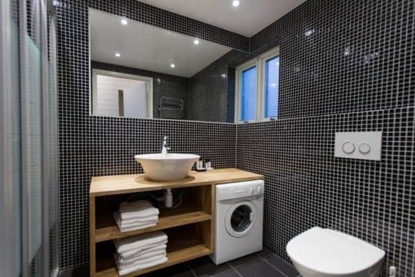 Стиральная машина в дизайне ванной комнаты.