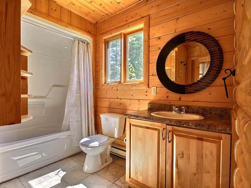 ванная с деревянными стенами