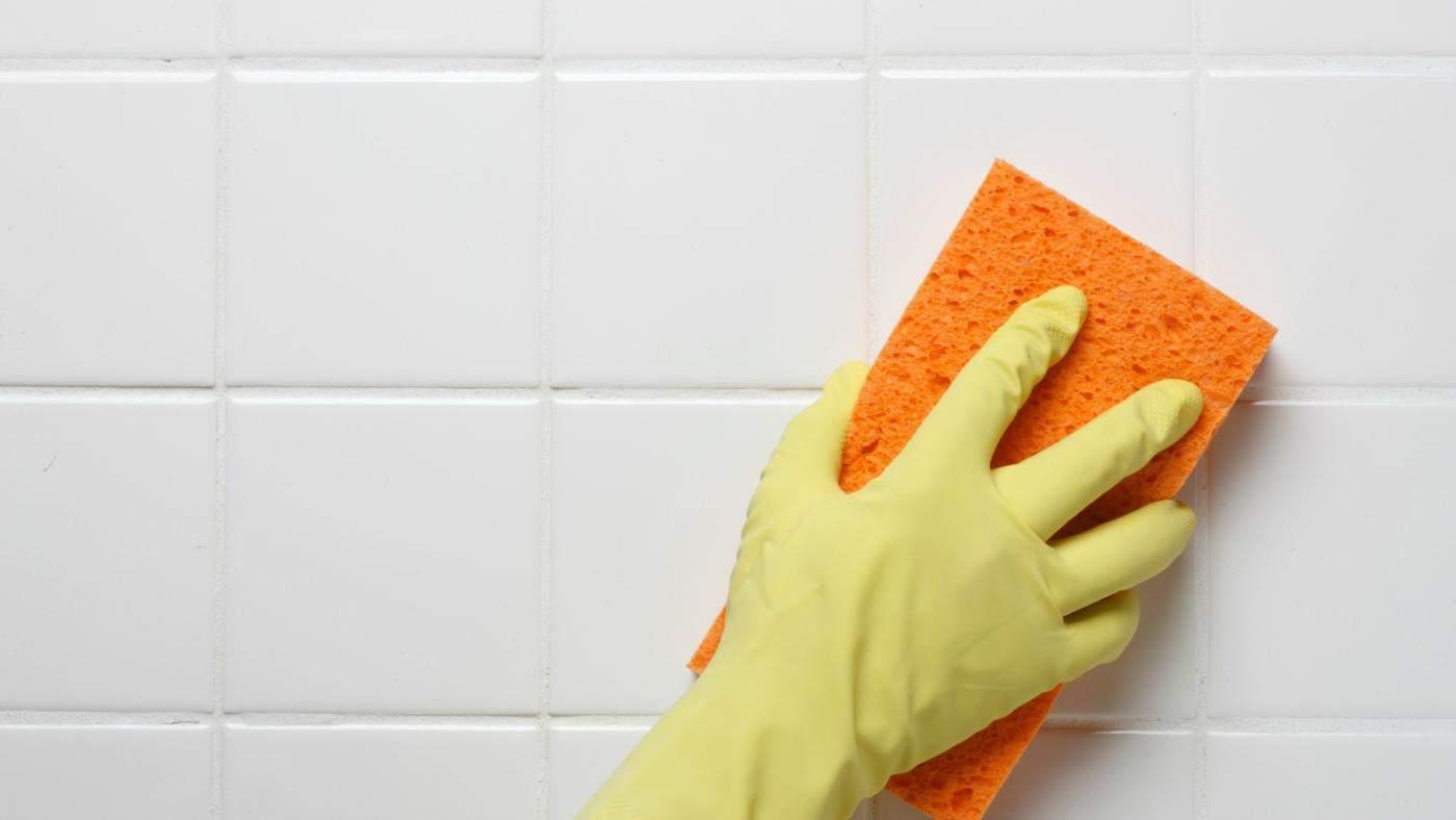 Чистка межплиточных швов в ванной