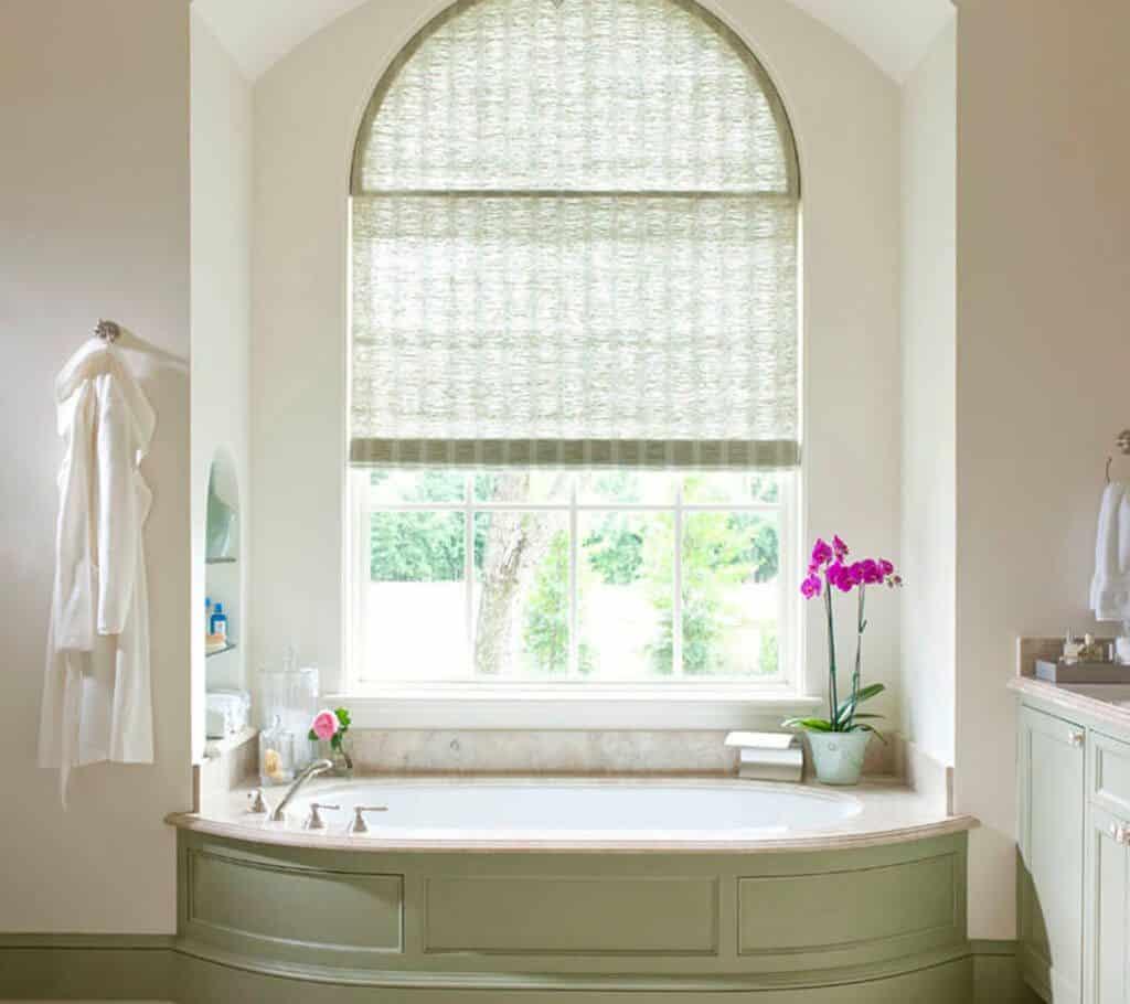 Арочное окно в ванной комнате