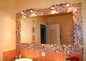 Мозаика обрамляет зеркало