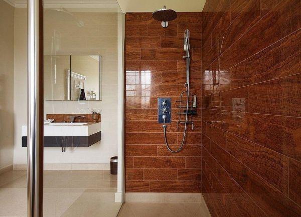 Стены в ванной комнате из плитки под дерево