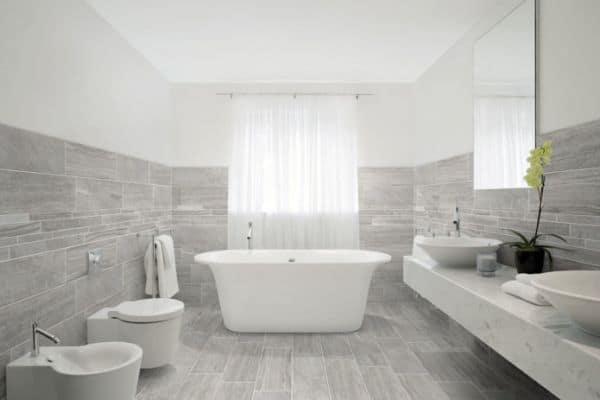 Облицованные плиткой стены и пол в ванной