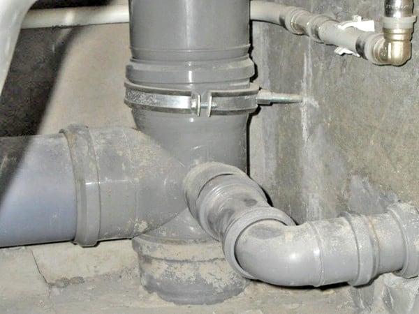 запах канализации в ванной какие причины и как устранить