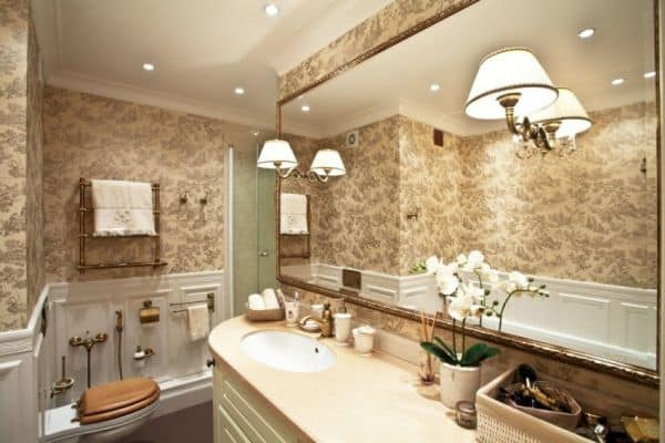 Освещение в бежевой ванной