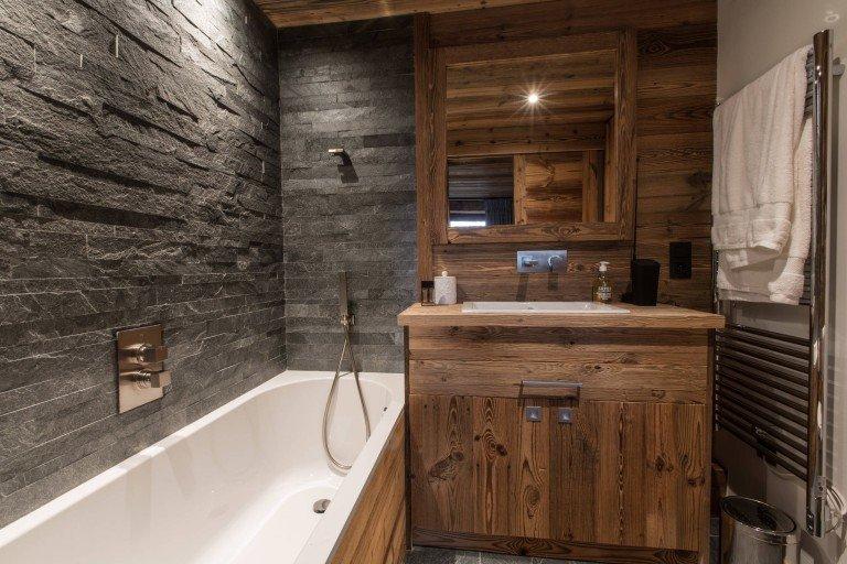 дизайн ванной с деревом