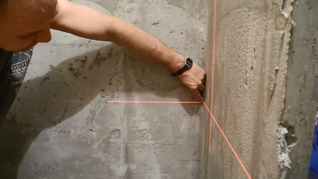 Оштукатуривание стен в ванной с нанесением линий