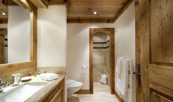 Дизайн ванной комнаты с деревом
