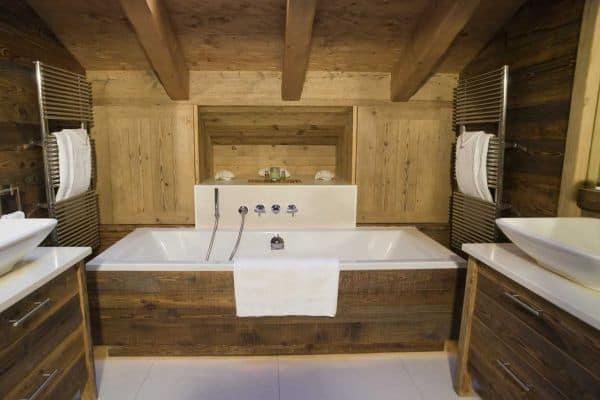 Стены из дерева в ванной