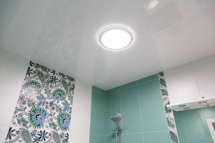 Как организовать освещение в ванной с натяжным потолком