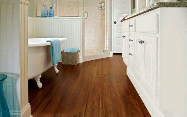 Какое покрытие выбрать для пола в ванной деревянного дома