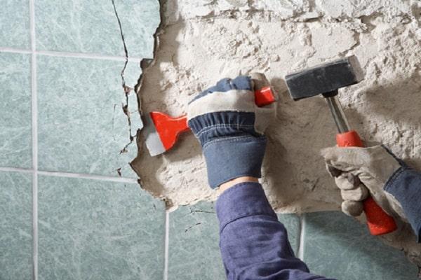 Демонтаж старого кафельного покрытия