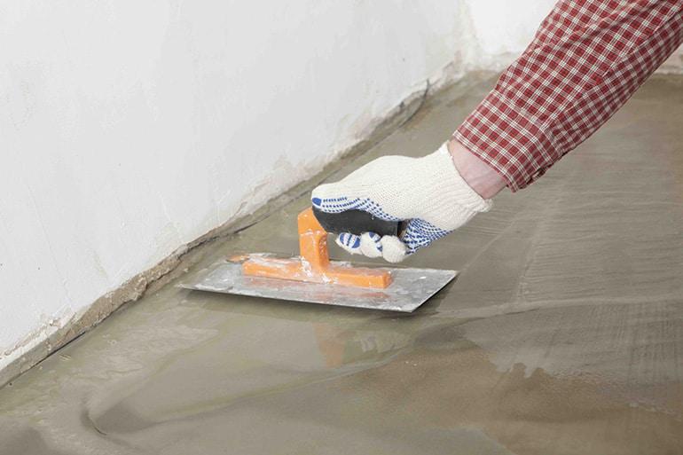 Выровнять пол в ванной под плитку
