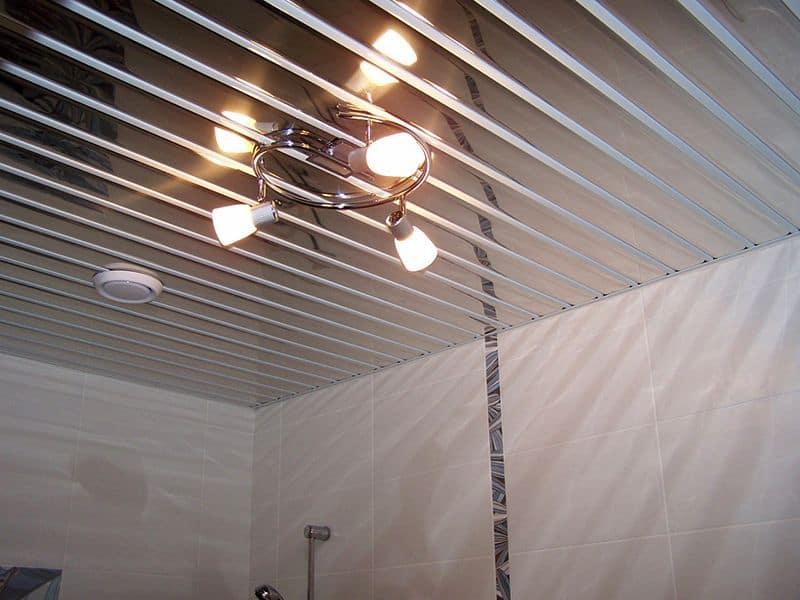 Зеркальные ПВХ панели для потолка в ванной
