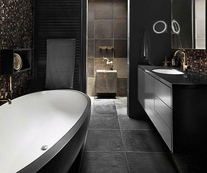 Ванная в темных цветах.
