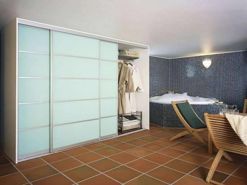 Встроенный шкаф в ванной комнате-7