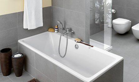 Смеситель посередине ванной