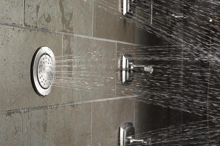 Встроенный в стену душ