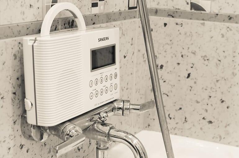 Все плюсы и особенности использования радиоприемника в ванной комнате