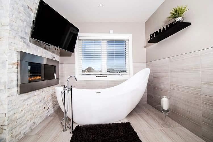 Навесной телевизор в ванной комнате