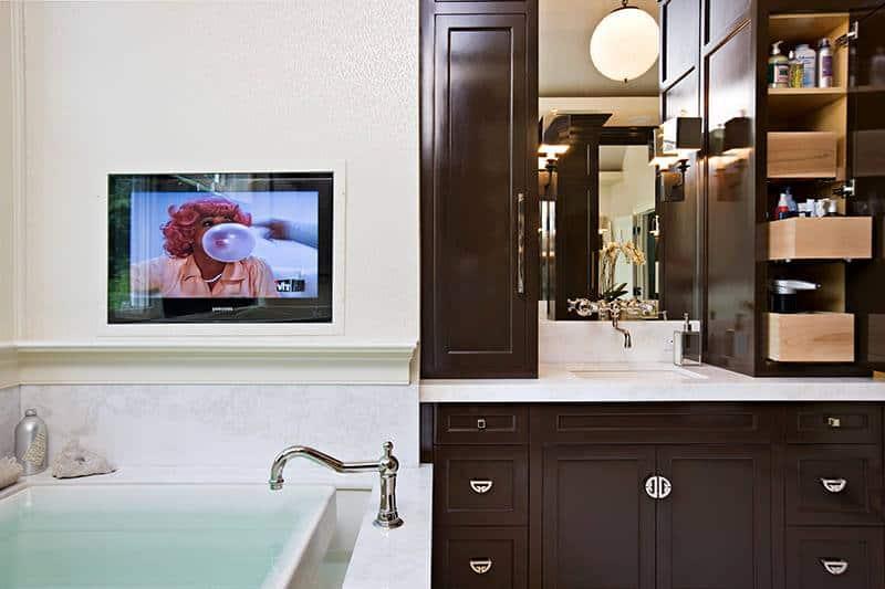 Шкафчик и телевизор в ванной