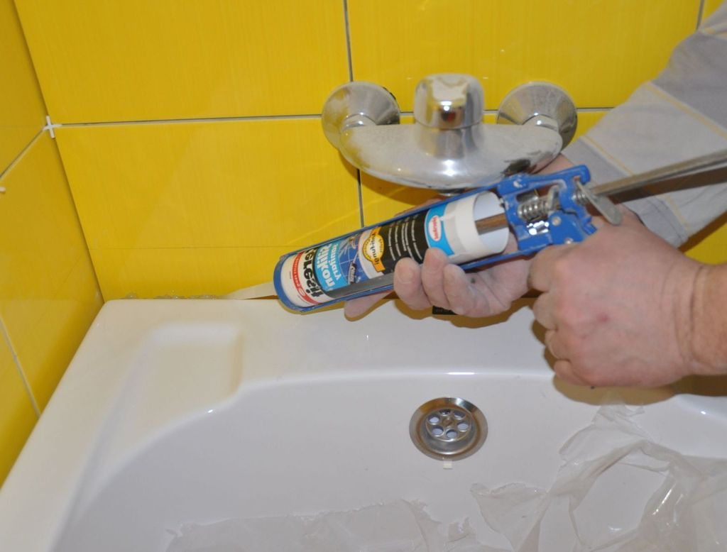 Плинтус для ванны: виды, плюсы и минусы керамического, акрилового и  пластикового плинтуса, самостоятельный монтаж